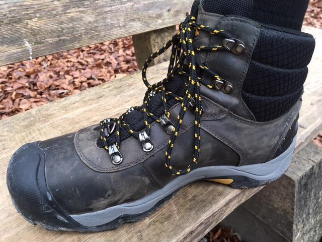 eab7bdf5b5046e Durch das eingesetzte Nubuk-Oberleder ist der Schuh wasserabweisend
